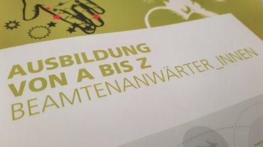 Broschüre mit Aufschrift Ausbildung von A bis Z Beamtenanwärter*innen